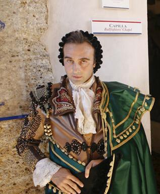 traje-Lorenzo-Caprile-goyesco-enrique-ponce.jpg